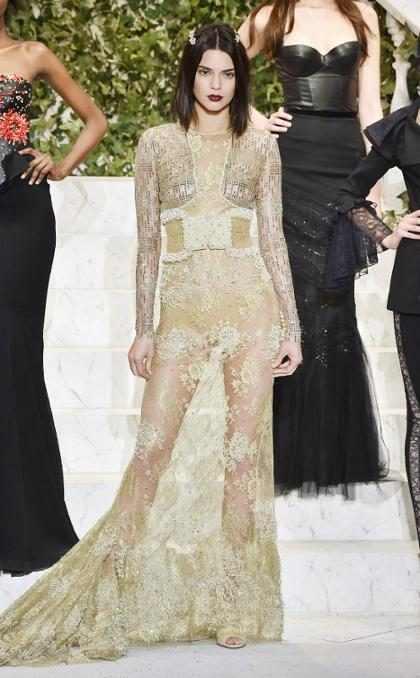 Kendall Jenner usa look transparente em desfile de lingerie