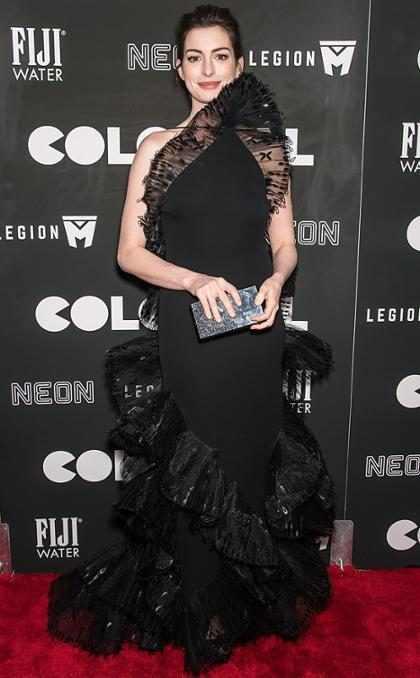 Anne Hathaway fue v&iacute;ctima de su propio vestido en la premier de <em>Colossal</em>&#8230;