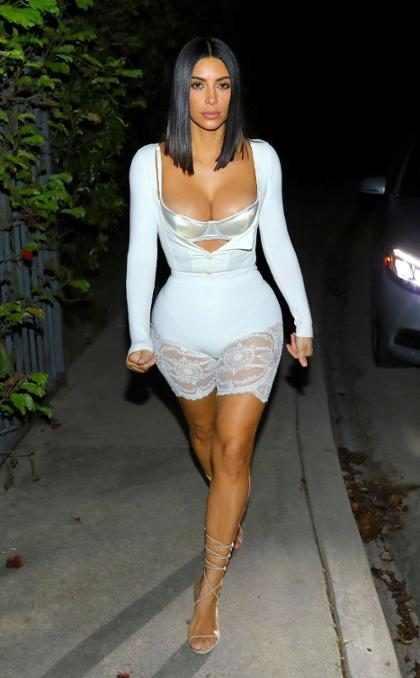 Kim Kardashian deixa o sutiã à mostra com look ousado
