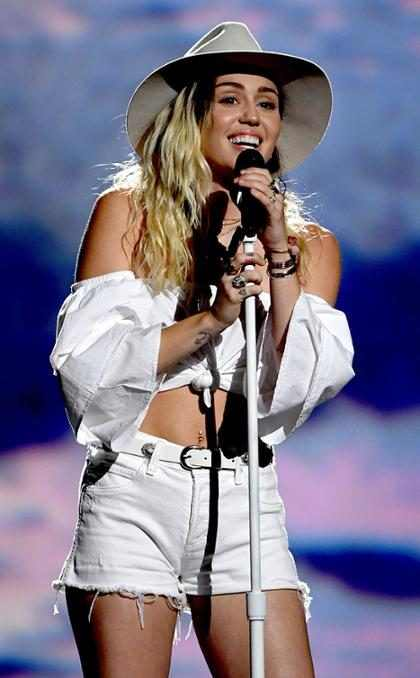 Miley Cyrus se emociona ao cantar Malibu no Billboard Music Awards 2017