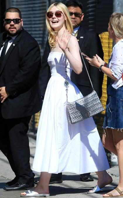 Elle Fanning es puras sonrisas mientras llega al show de Jimmy Kimmel