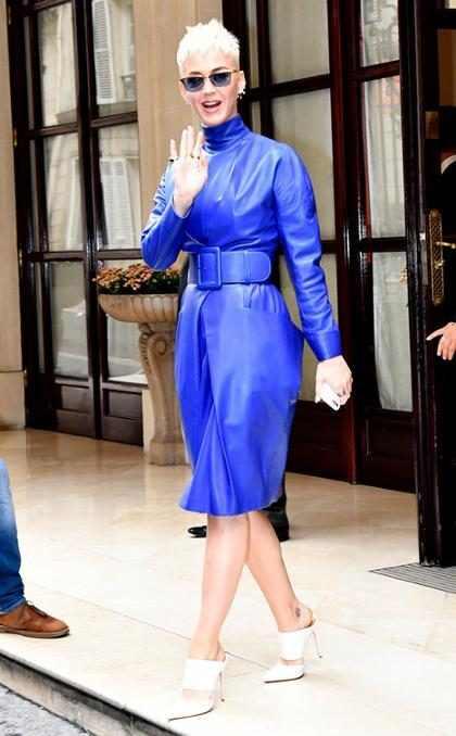 Katy Perry saluda a sus fans mientras sale de su hotel en París