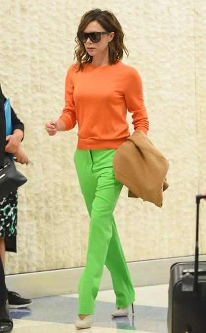 Victoria Beckham lleva los colores del verano al aeropuerto de Nueva York