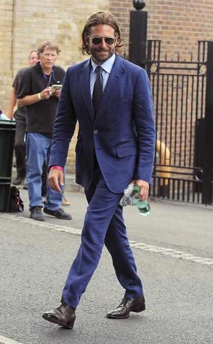 Bradley Cooper saliendo de la final masculina de Wimbledon en Londres