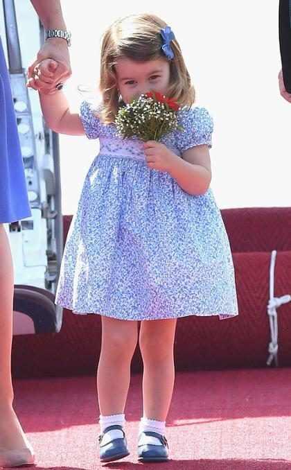 La Princesa Charlotte huele un mini bouquet de flores durante su visita a Alemania