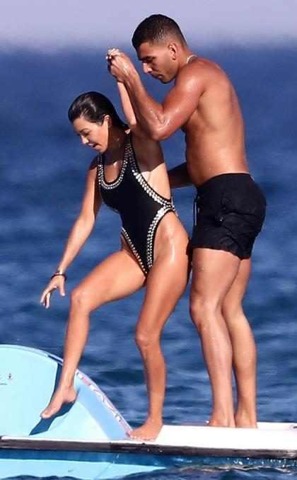 Kourtney Kardashian y Younes Bendjima siguen disfrutando de las playas de Saint Tropez