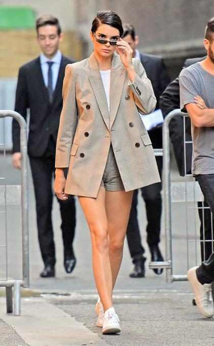 Kendall Jenner regresando a su hotel después de asistir al show de Fendi en París