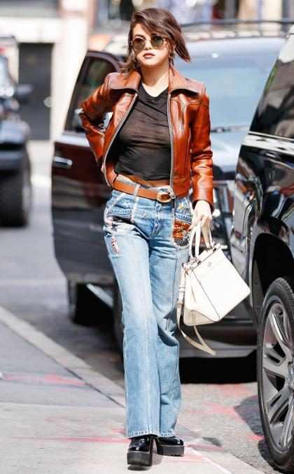 Selena Gomez luciendo un top muy revelador en Nueva York