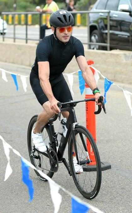 Zac Efron siempre ejercitándose, aquí durante su participación en un triatlón en Malibú