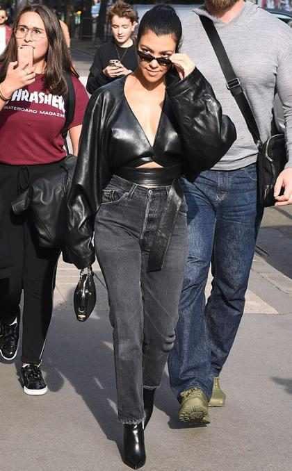 Kourtney Kardashian dando muestra de su estilo por las calles de París