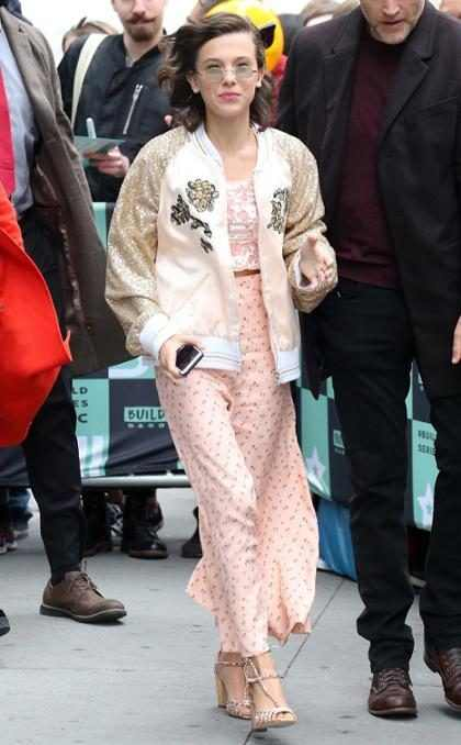 Millie Bobby Brown saluda a sus fans al llegar a un evento en Nueva York
