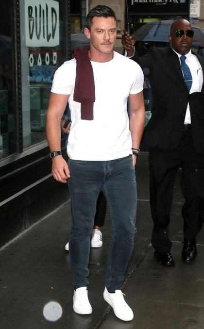 El sexy Luke Evans en las calles de Nueva York