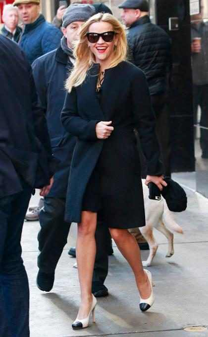 Reese Witherspoon saliendo de los estudios de Good Morning America
