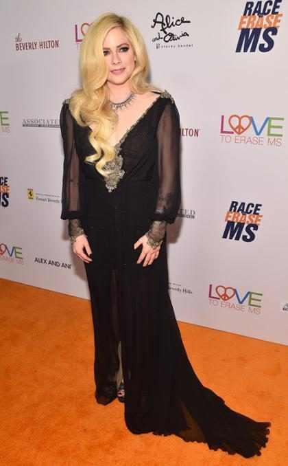 Avril Lavigne faz primeira aparição em tapete vermelho em dois anos
