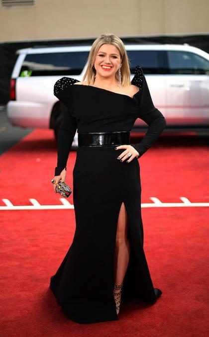 Kelly Clarkson arrasa com look preto nada básico no Billboard Awards 2018