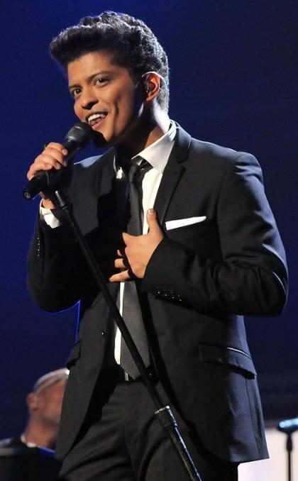 Bruno Mars manda mensagem de apoio a Chris Brown no Twitter
