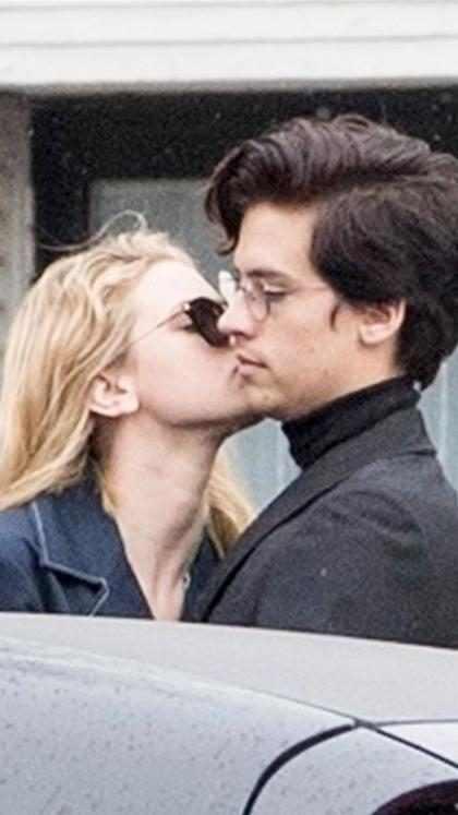 Lili Reinhart y Cole Sprouse dando rienda suelta a su romance en París