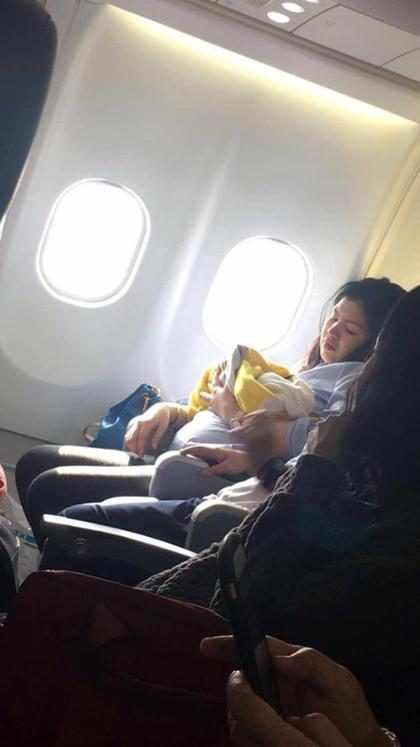 Bebê nasce em avião e ganha passagens aéreas pelo resto da vida