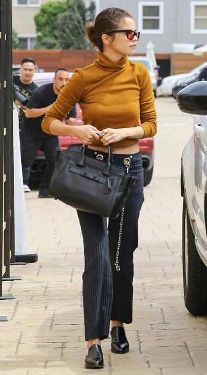 Selena Gomez llegando a comer con sus amigas en Malibú