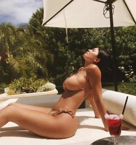 http://images.eonline.com/resize/460/491/images.eonline.com/eol_images/Entire_Site/201779//rs_960x1024-170809181202-634.Kylie-Jenner-Instagram.kg.080917.jpg